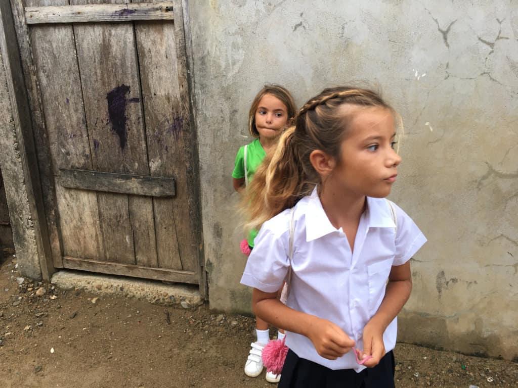 Sara y Mia un poco nerviosas el primer día de clase.