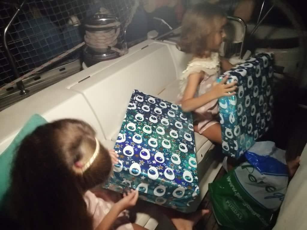 Abriendo los regalos que nos trajo Papa Noel.