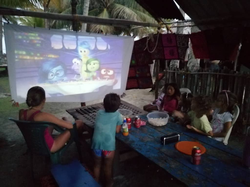 La pantalla de cine bajo techo.