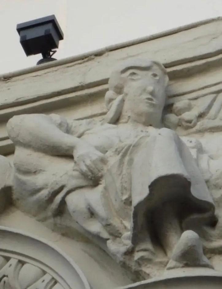 パレンシアのメインストリート沿いの女性像の修復後