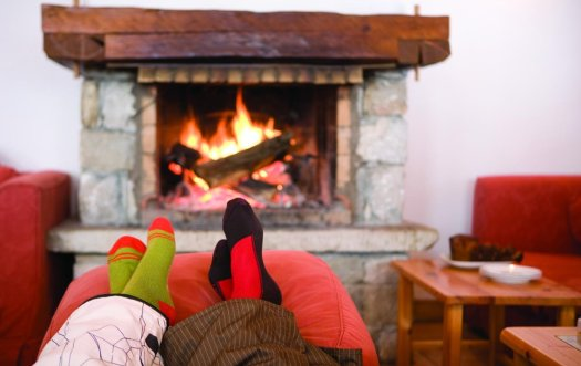 Feet_in_front_of_log_fire