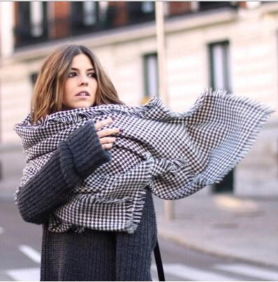 Can serve as a scarf and a little blanket, 2 in 1.