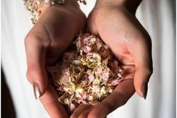 Keslowena confetti 1 - hands - natural