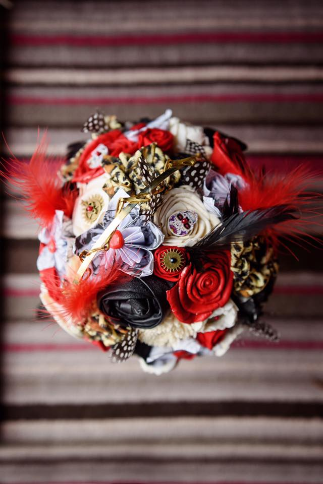 Bouquet chic unique - alternative royal wedding - red white - black - alternative bouquet