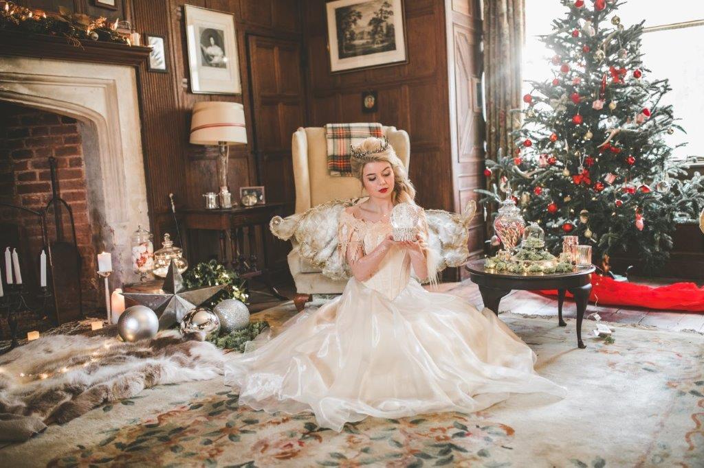 christmas wedding- victoria taylor- laura beresford photography- snow globe