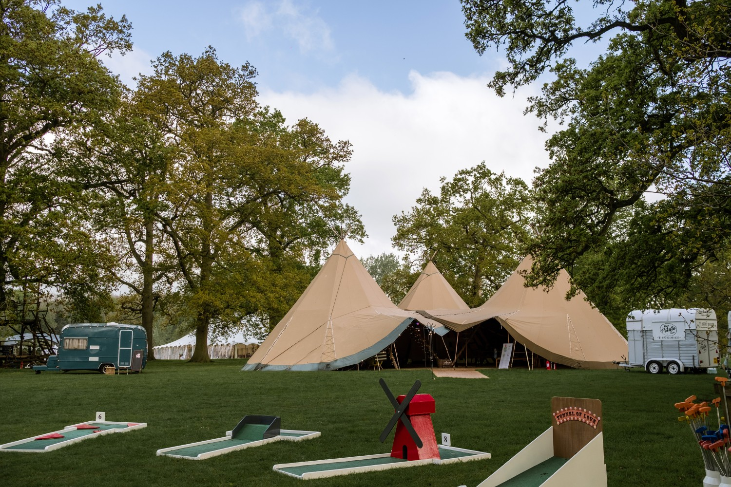 ed brown photography - how to plan a festival wedding - 9 hole event hire - mini golf - wedding entertainment - unconventional wedding festiv