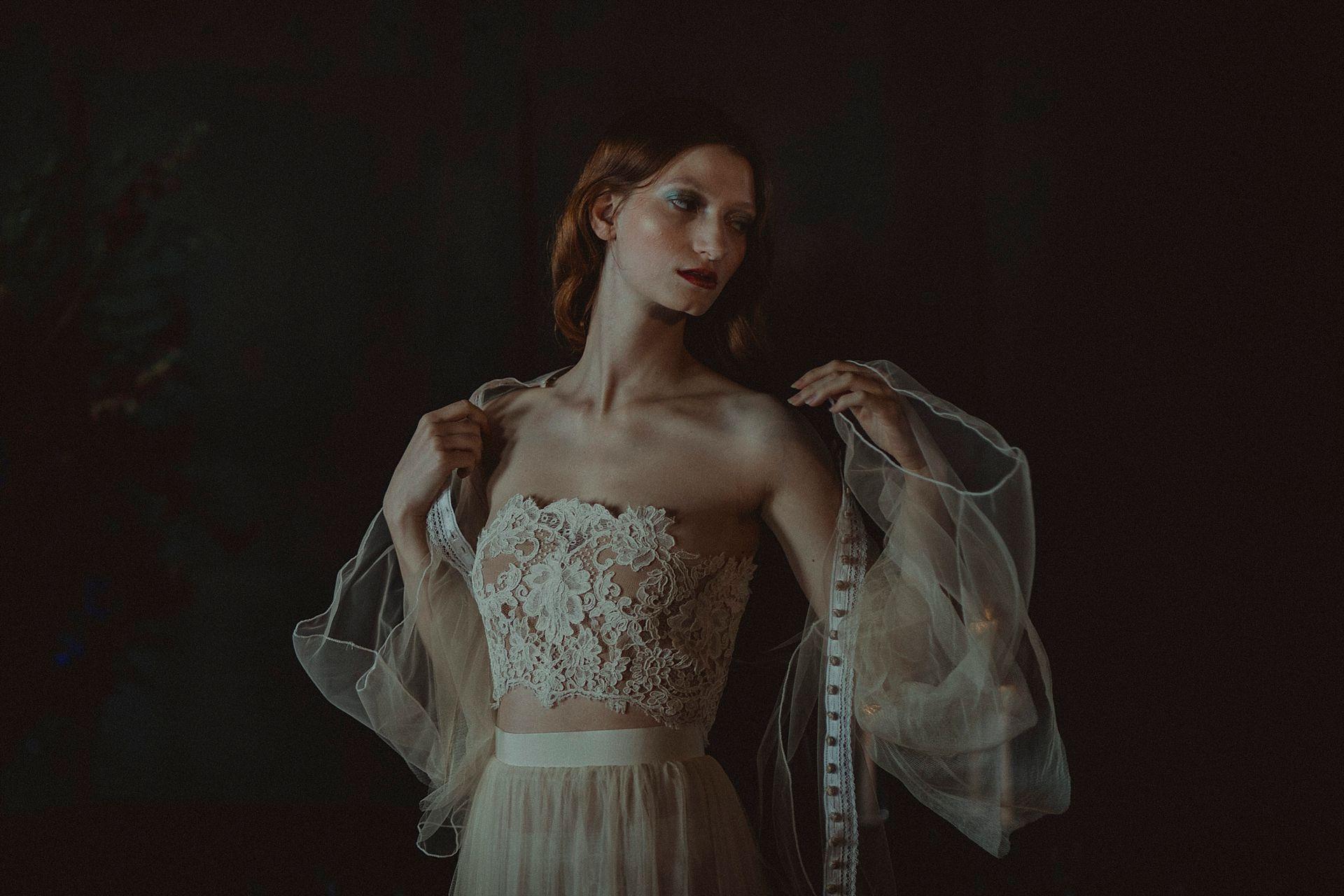 Decadent Wedding Inspiration- Moody Wedding Inspiration- Sudio Fotografico Bacci- Unconventional Wedding- bride getting ready