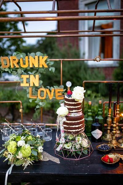 iconic wedding looks- music themed wedding- unconventional wedding- alternative wedding- drunk in love- boho wedding cake- rustic wedding bar