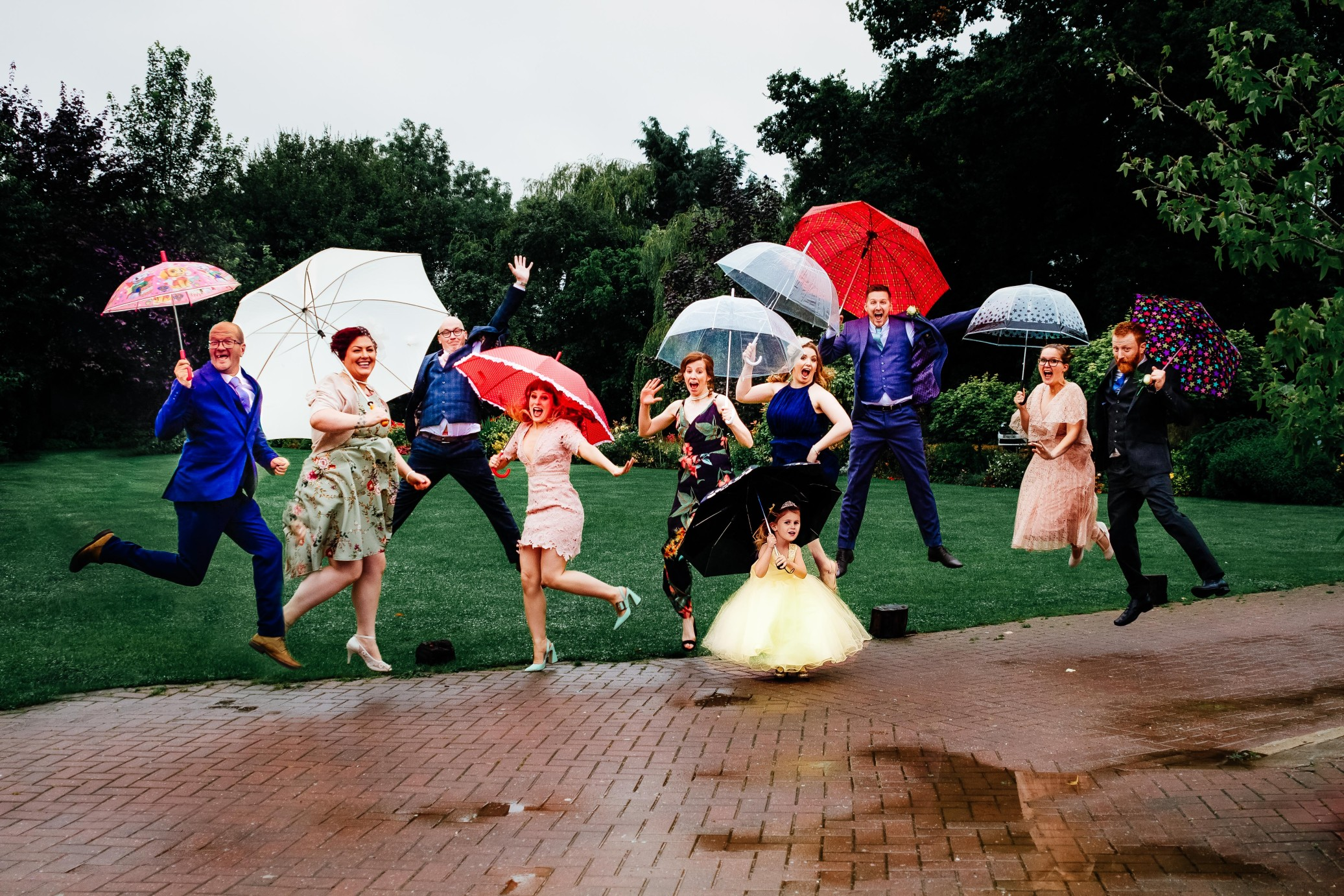 rainy wedding - rain wedding advice - fun wedding planning - wedding planning blog - rain wedding photos with umbrellas