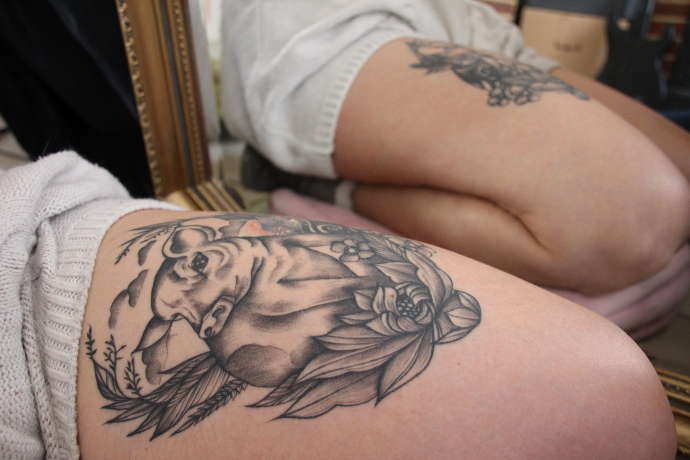 tatouage végane avec cochon et fleurs