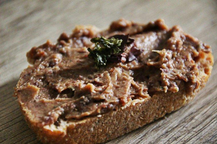 tartine de pain avec des haricots rouges et des algues