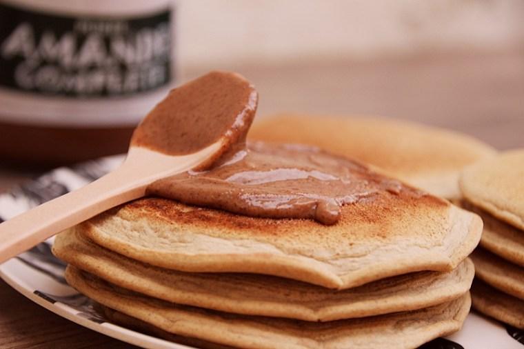 Pancakes végétaliens IG bas avec purée d'amande
