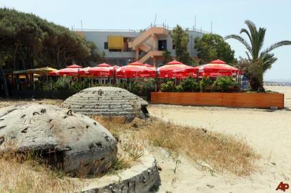 albania-beach-bunker-2009-7-22-12-10-8