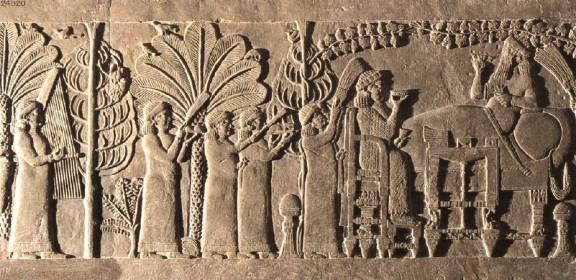 El rey Assurbanipal con su esposa.