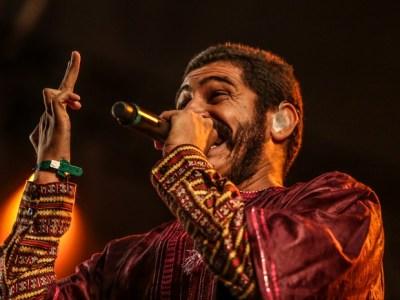 Criolo grita 'fora, Feliciano' e faz rap popular brasileiro no Lollapalooza