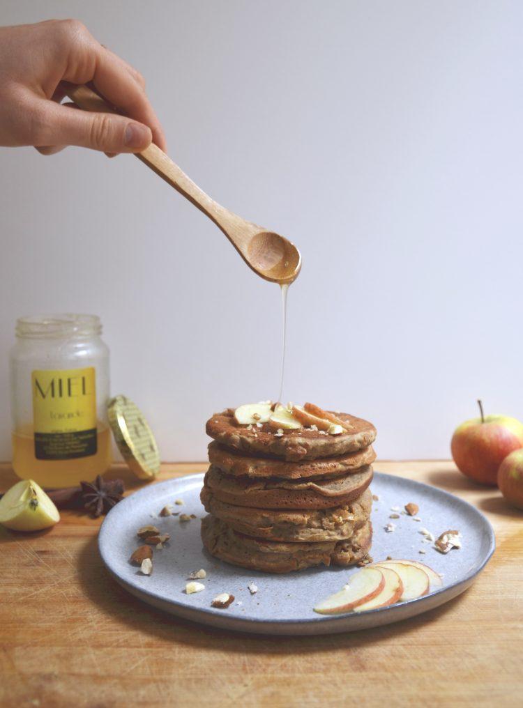 Healthy Pancakes tower. Recette de pancakes sains et ultra moelleux à la pomme. Très gourmands, parfaitement sucrés sans gluten, sans lactose et sans sucre ajouté ! Ajoutez-y quelques fines lamelles de pomme, et un filet de miel de qualité (celui de mon oncle pour moi !)