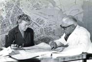 Jakoba Mulder y Van Eesteren trabajando en el Departamento de Desarrollo Urbano, Amsterdam, 1958