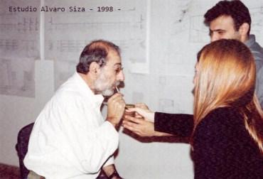 Mariel Suárez con el arquitecto Alvaro Siza.