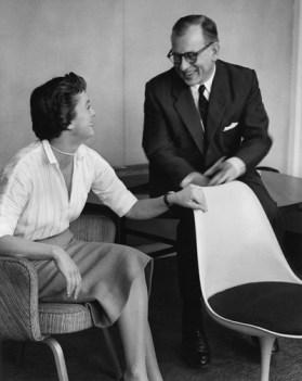 Florence Knoll, Con Eero Saarinen y su silla Modelo 150 (parte del grupo Pedestal) para Knoll Associates, 1955-1956