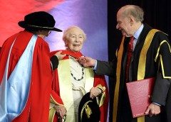Blanche Lemco recibiendo el doctorado Honoris Causa por la McGill University en 2013