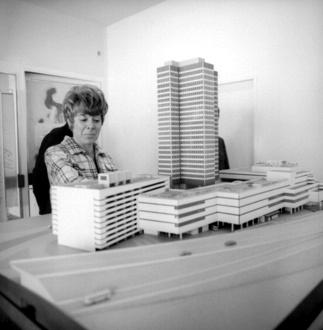 Sigrid Kressmann-Zschach junto a la maqueta del complejo Steglitz, Berlín, c.1968