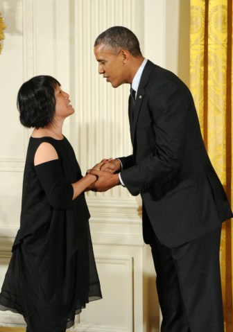 Billie Tsien recibiendo la National Medal of Arts and Humanities