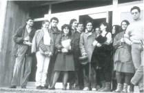 Pascuala Campos con sus alumnos en la puerta de la Escuela Técnica Superior de Arquitectura de A Coruña, 1982