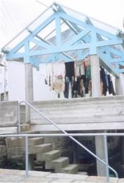 Pascuala Campos, Ana Mª Fernández, Cesar Carrera. Actuación revalorizadora en Combarro, Pontevedra, 1984. Lavadero