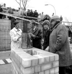 Sigrid Kressmann-Zschach con trabajadores de la construcción y figuras públicas durante una ceremonia en Berlín