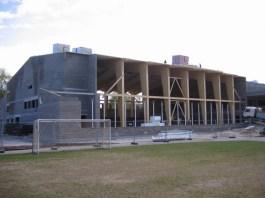 Maarja Nummert (2007): Instituto Rapla-Vesiroosi. Gimnasio, fase de construcción estructura de madera láminada, 2009
