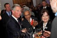Jane Duncan, Carlos de Inglaterra y Sunand Prasad en la recepción del 2009 Annual Trust Lecture