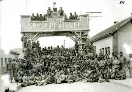 Leyla Asim Turgut, Akpinar-Ladik Köy Enstitüleri (Instituto rural), Ladik, Turquía, 1940 . Imagen de la inauguración