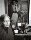 Cahide Tamer frente a su retrato, obra de Ibrahim Çalli (1935) en 1998