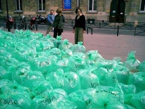 Pilar Echezarreta. alumnos del Liceo Sonya Delaunay. This is not a toy. 2004, París.
