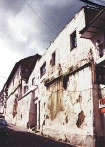 Fachada de la casa de Mónica Moreira y José María Sáez ubicada en el Centro Histórico de Quito antes de la intervención.