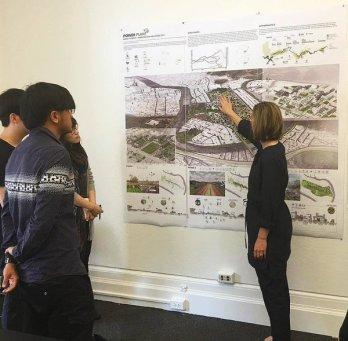 Estudiantes de diseño urbano en una pin-up con la Directora de Diseño Urbano Kate Orff. Columbia GSAPP