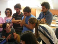 Maria Giuseppina Grasso Cannizzo hablando con estudiantes.