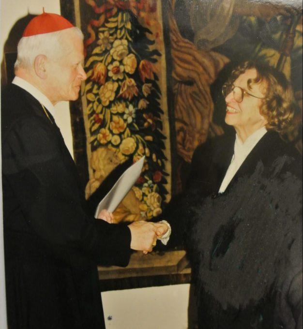 """Helene Koller-Buchwieser, junto al Papa Pablo VI en la entrega del reconocimiento """"Pro Ecclesia et Pontifice""""."""