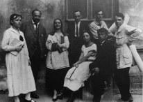 NINA VOROTYNTSEVA Profesores y alumnos MIGI, Izq-Der Chebotareva, L. Vesnin, N. Vorotyntseva, M. Ginzburg, Ilina, Vaily Krasilnikov, Franketi, Vladimir Vladimirov_1924