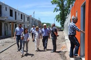 Eneida De León junto al Director de Vivienda Salvador Schelotto en la recorrida por las casas construidas y reparadas en la ciudad de Dolores luego del tornado del 15 de abril de 2016.
