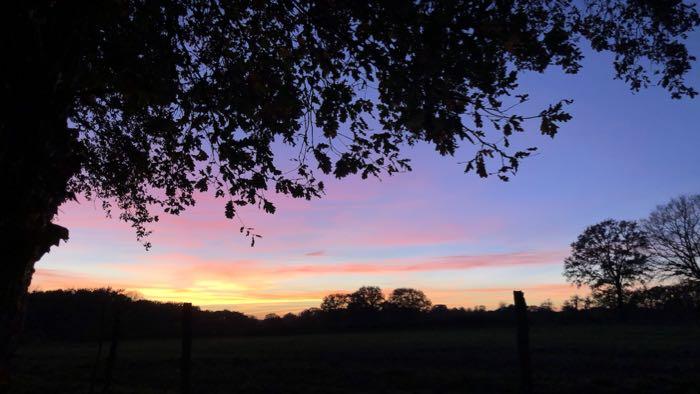 arc en ciel de teintes colorées pour un coucher de soleil somptueux