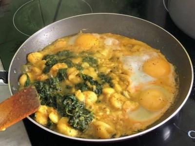 fin de cuisson du plat dans la poele : 3 oeufs au plat, orties fraiches et bananes