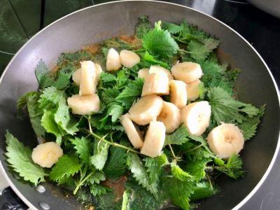 cuisson des orties fraiches et des bananes dans l'huile au curcuma.