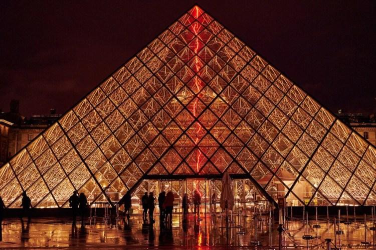 pyramide du louvre photo