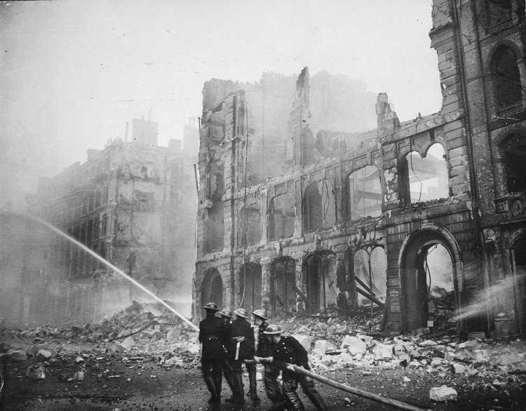 Pompiers éteignent un incendie après les bombardements du Blitz, débuté un 7 septembre