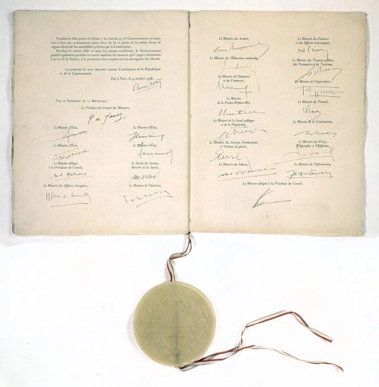 Constitution_de_la_Ve_République_(4_octobre_1958)_Page_de_signatures_-_Archives_Nationales_-_AE-I-29_bis_n°_19