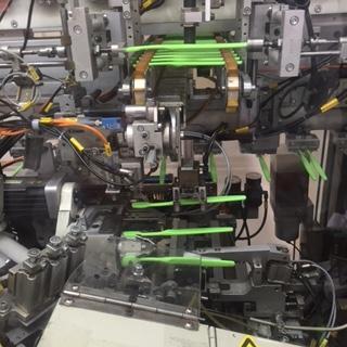Les fibres sont fixées automatiquement puis coupées et polies.