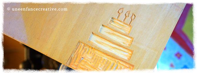 Réalisation d'une carte d'invitation à un anniversaire en gravure sur bois