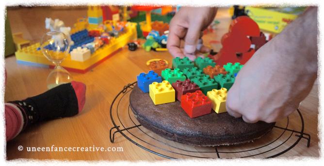 Placement des legos pour personnaliser le gâteau d'anniversaire
