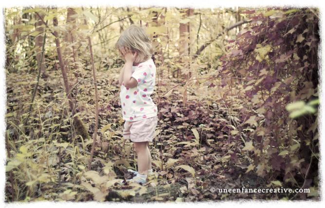 Jouer à cache cache dans la forêt